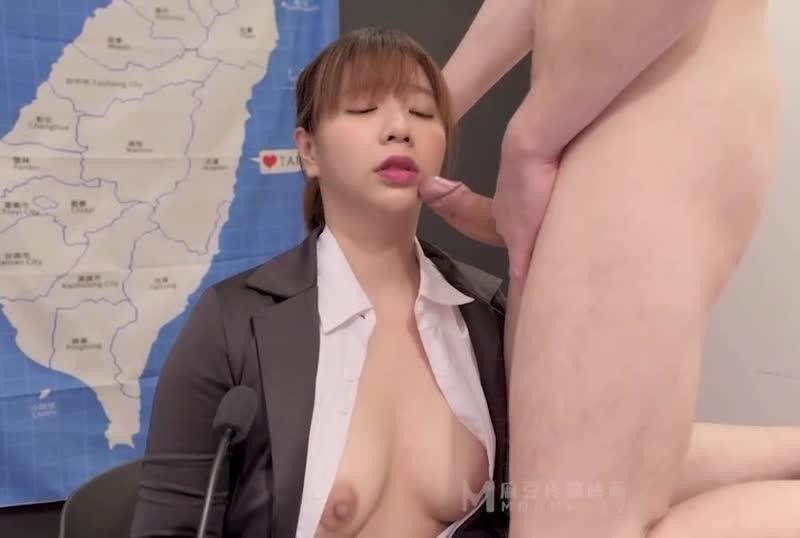 国産AV闻主播做爱LIVE中裸男闯入主播间镜头前激战吴梦梦